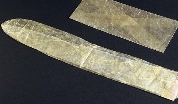 Bao cao su làm từ ruột động vật, đầu thế kỷ 19. Ảnh:Esquire